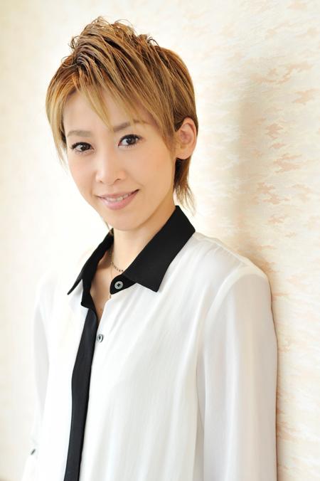 歌とともに歩んできた月組のトップスター、龍真咲さんの生い立ち