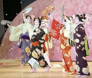 ok...「宝塚舞踊会」で日本舞踊を披露するタカラジェンヌたち(25日午後、兵庫県宝塚市の宝塚大劇場で)=伊東広路撮影