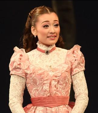 本格的なスターの道へ!花組娘役・城妃美伶さんがスターになれる理由